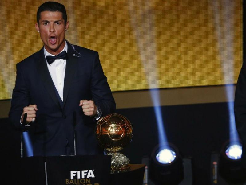 SIIIIIIIIMMM! Cristiano Ronaldo ganha a terceira Bola de Ouro da FIFA (REUTERS)