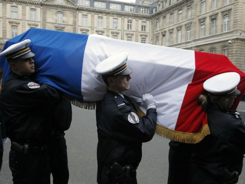 Homenagem aos polícias mortos nos atentados da semana passada em Paris (Lusa /EPA)