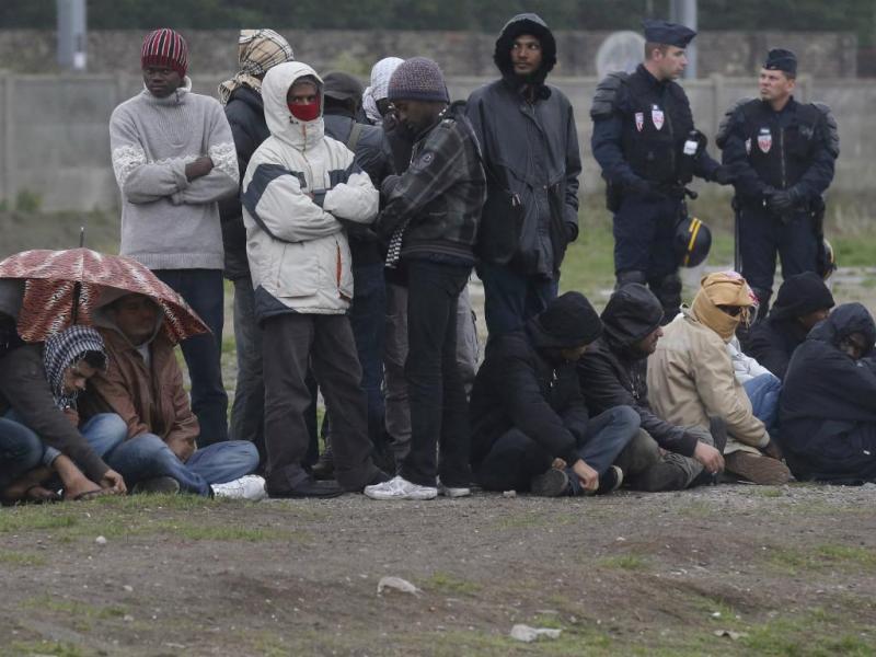 Imigrantes ilegais e polícia francesa (REUTERS/Pascal Rossignol)