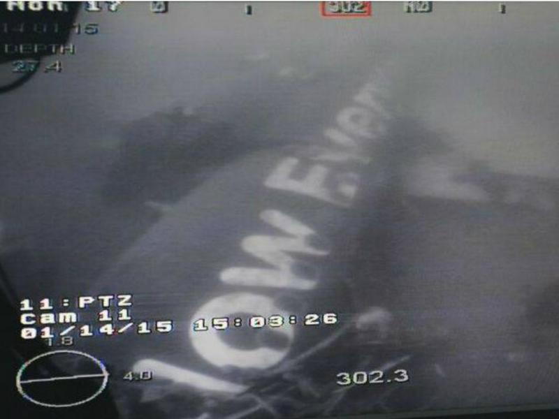Fuselagem do avião da AirAsia encontrada [Facebook do ministro da Defesa de Singapura]
