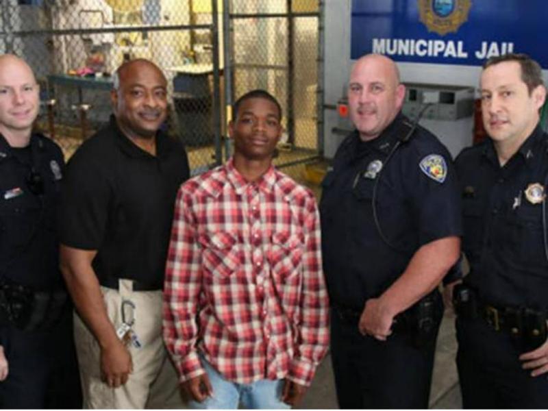 Os quatro polícias e Jamal Rutledge