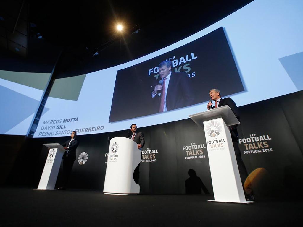 Marcos Motta e David Gill, num debate moderado por Pedro Santos Guerreiro (Foto FPF)