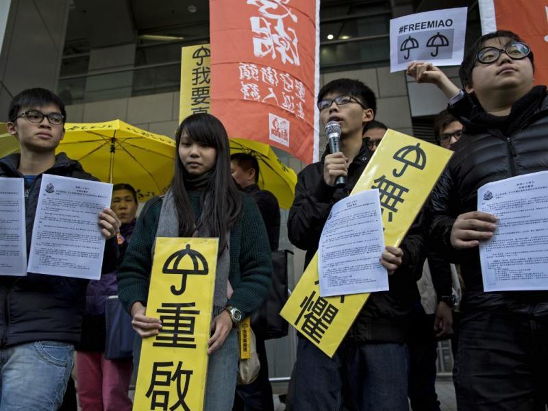 Oscar Lai, Agnes Chow, Joshua Wong e Derek Lam em frente às instalações da polícia de Hong Kong (Reuters)