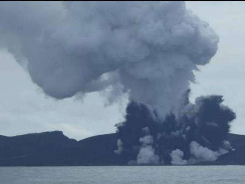 Nova ilha formada pelo vulcão já tem tamanho substancial (Twitter)