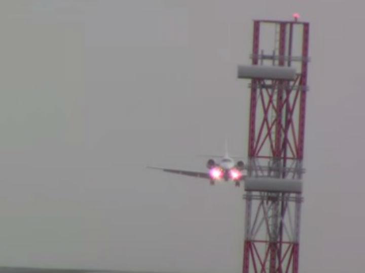 Aviões lutam contra o vento para aterrar