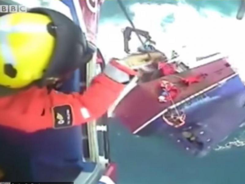Resgate dramático de pescadores no Mar do Norte (Reprodução YouTube)