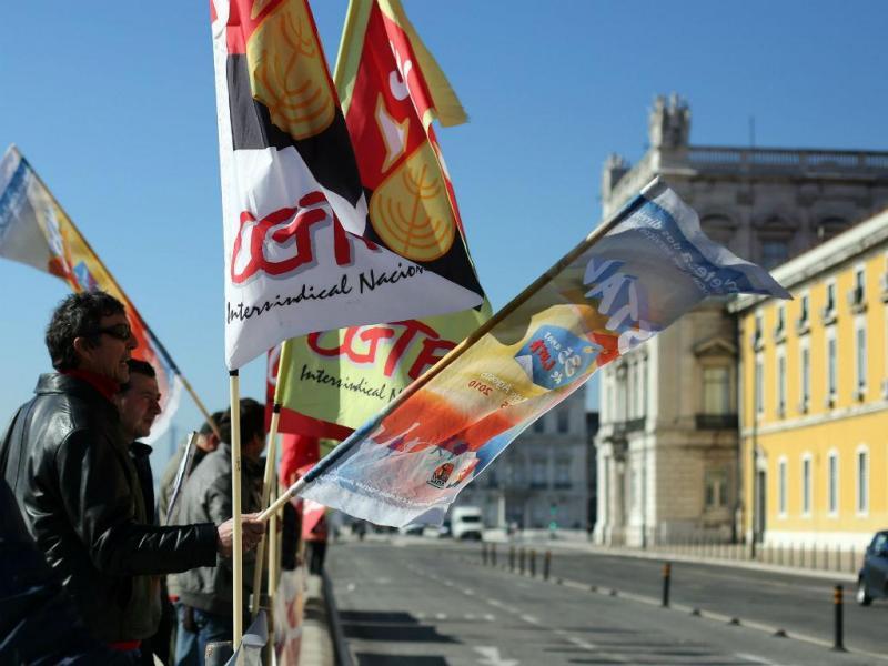 Sindicalistas da Administração local protestam frente ao Ministério das Finanças [Foto: Lusa]