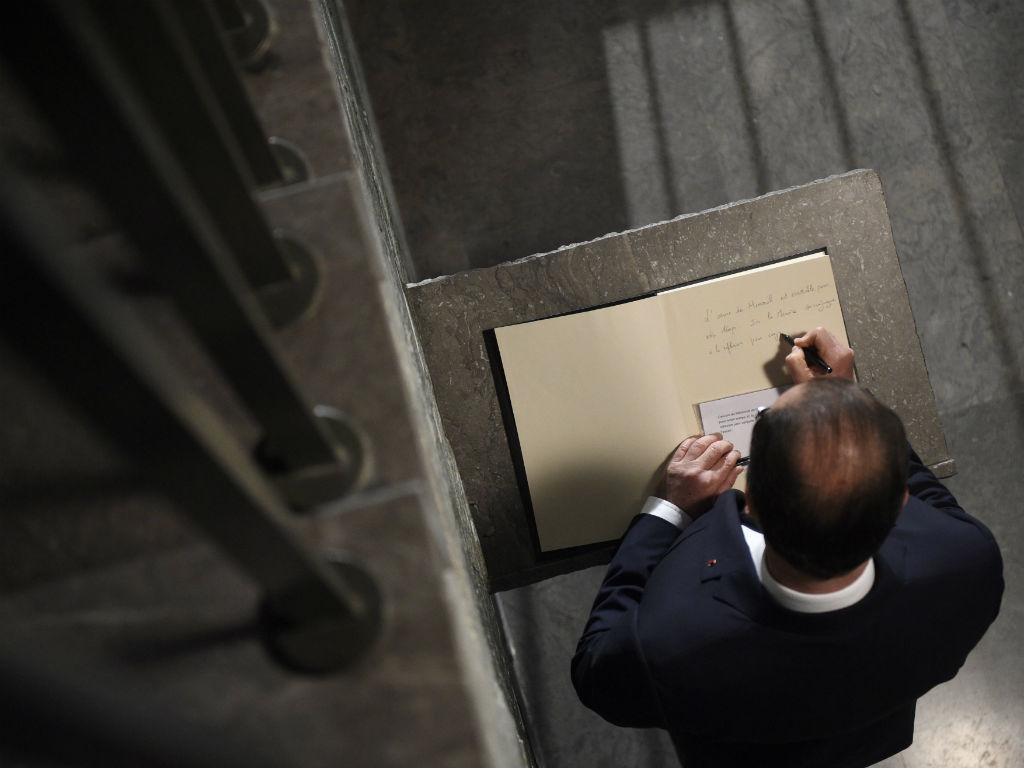 François Hollande no Memorial do Holocausto, em Paris [Foto: EPA]