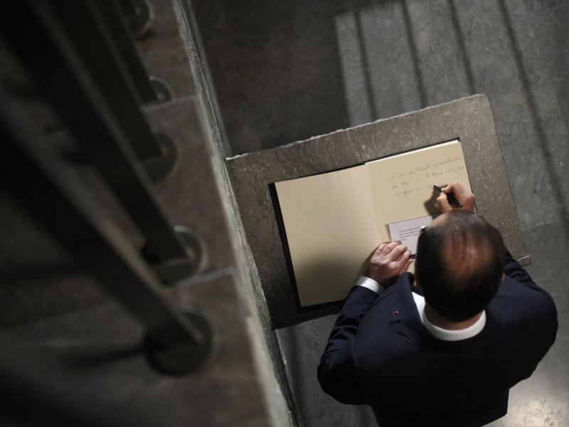 François Hollande no Memorial do Holocausto, em Paris [Foto: EPA]