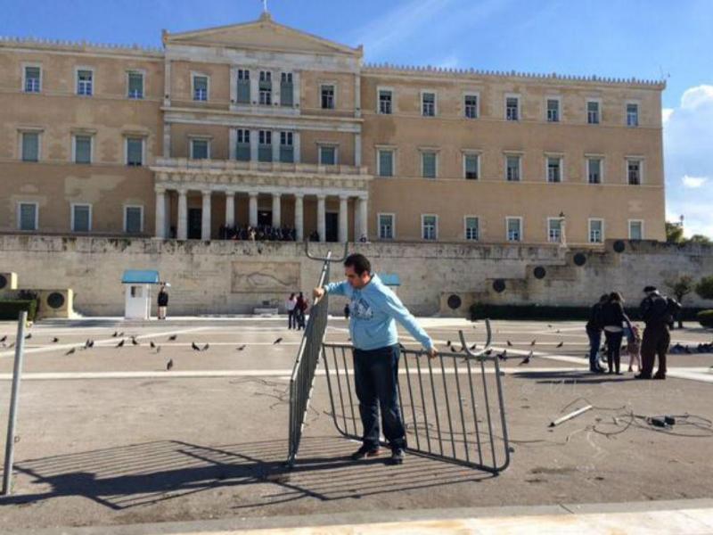 Grécia: barreiras de metal removidas do Parlamento (Reprodução Twitter)