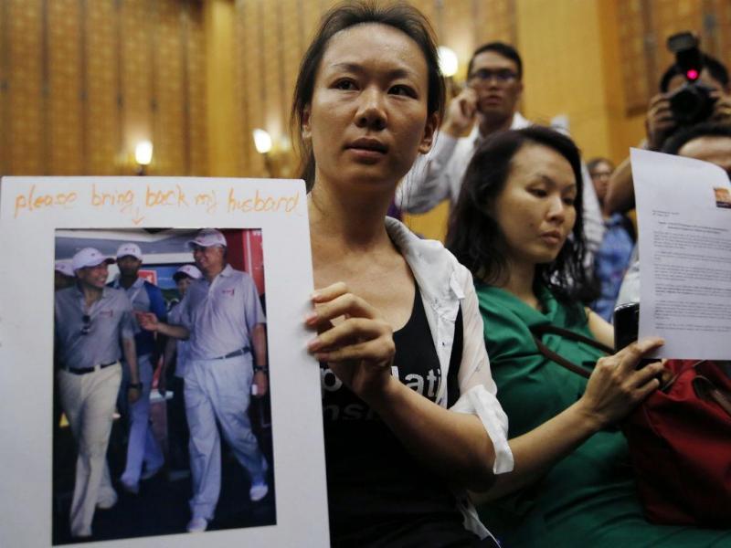 Familiares ouvem as conclusões à investigação do desaparecimento do voo MH-370 (REUTERS)