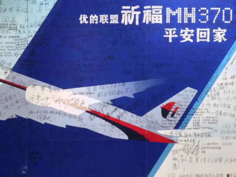 Mural com mensagens de esperança e orações pelos desaparecidos no voo MH370 (REUTERS)