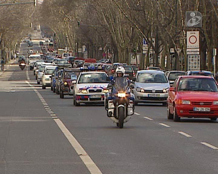 Protesto contra novas regras de circulação junta mais de 200 carros em Lisboa