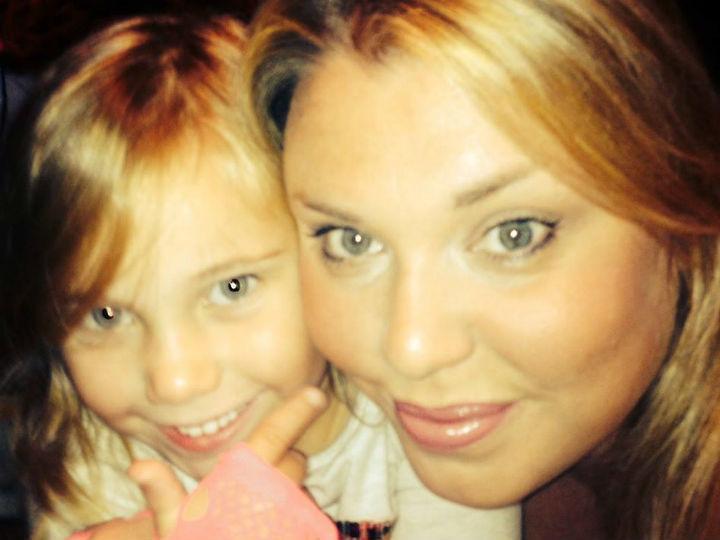 Katie Adderley e a filha Sienna (Facebook)