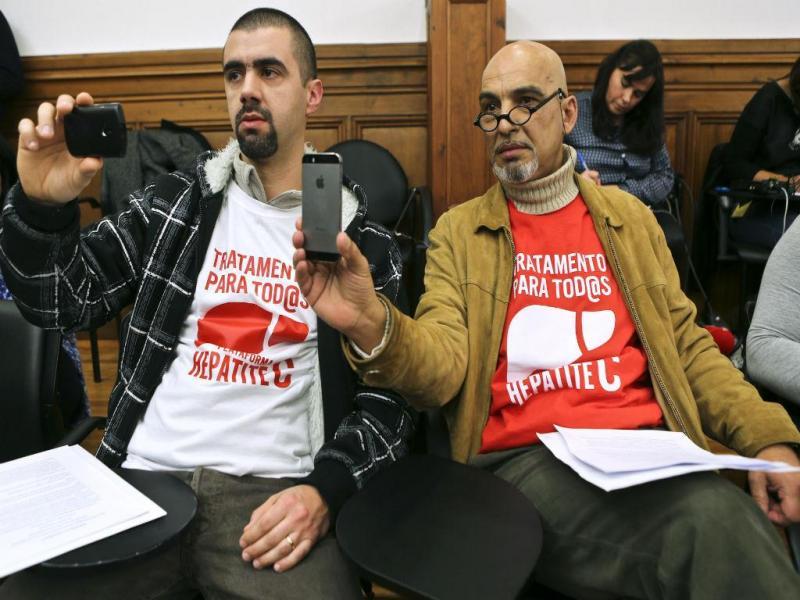 David Gomes, filho de doente que morreu de Hepatite C, e José Carlos Saldanha, doente, assistiram à Comissão Parlamentar da Saúde (Lusa)