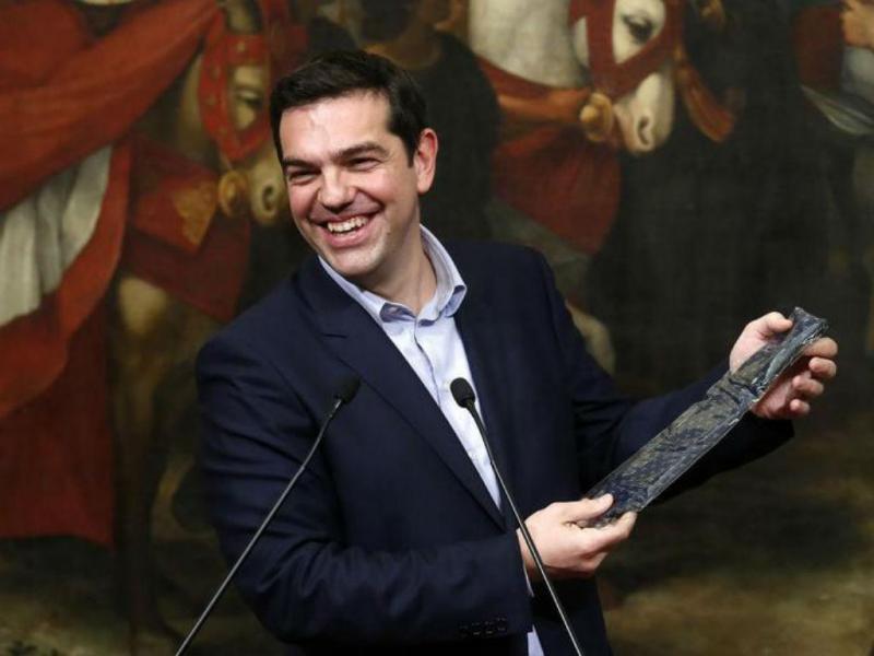 Matteo Renzi oferece gravata a Alexis Tsipras