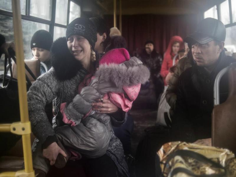 Pessoas sentadas num autocarro para fugir dos bombardeamentos (Reuters)