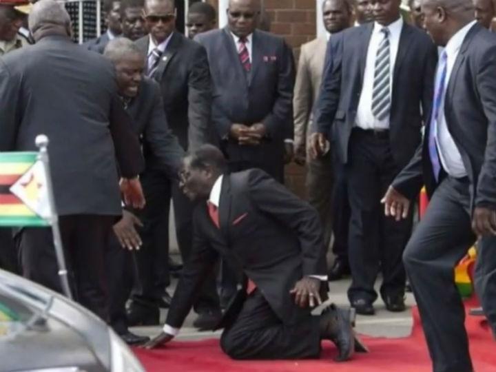 Robert Mugabe cai das escadas (Reprodução YouTube)