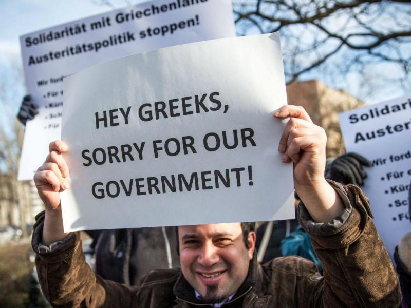 Alemães pedem desculpas aos gregos pelas decisões de Merkel (EPA/MICHAEL KAPPELER)
