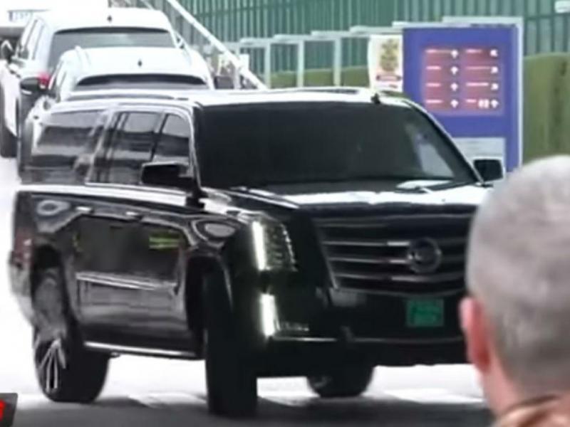 Messi chega ao Camp Nou ao volante de Cadillac (Reprodução YouTube)