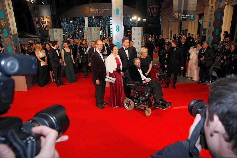 Stephen Hawking e a sua filha Lucy nos prémios BAFTA 2015 (REUTERS)
