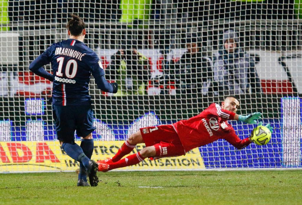 Anthony Lopes defende penalti de Ibrahimovic