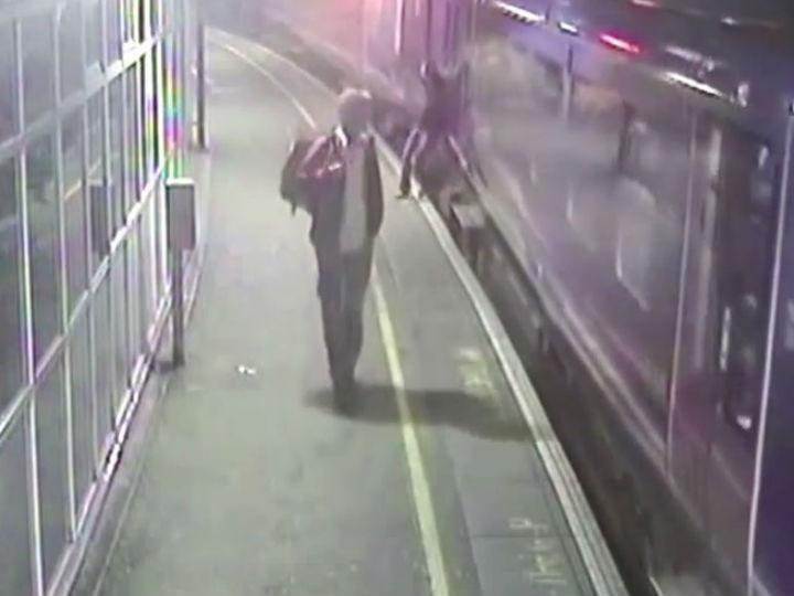 Homem caiu para debaixo de comboio em movimento