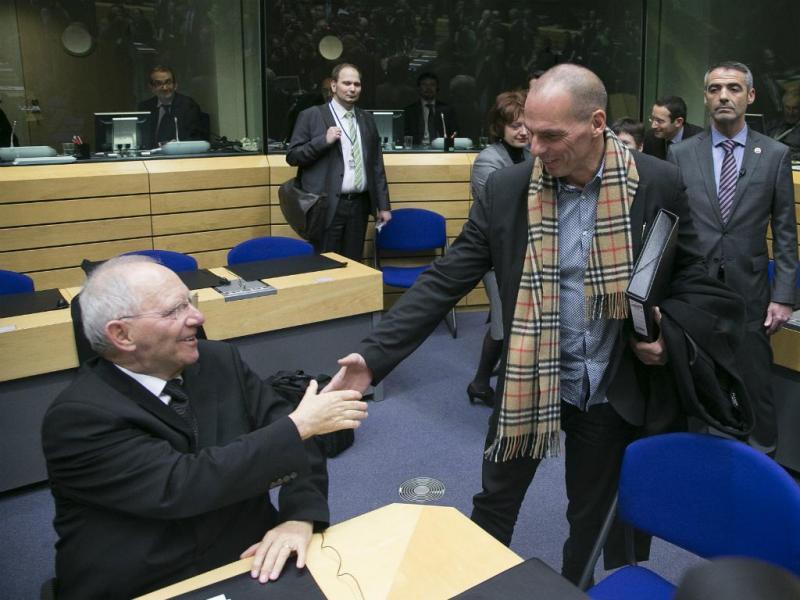 Varoufakis cumprimenta Schauble [Reuters]