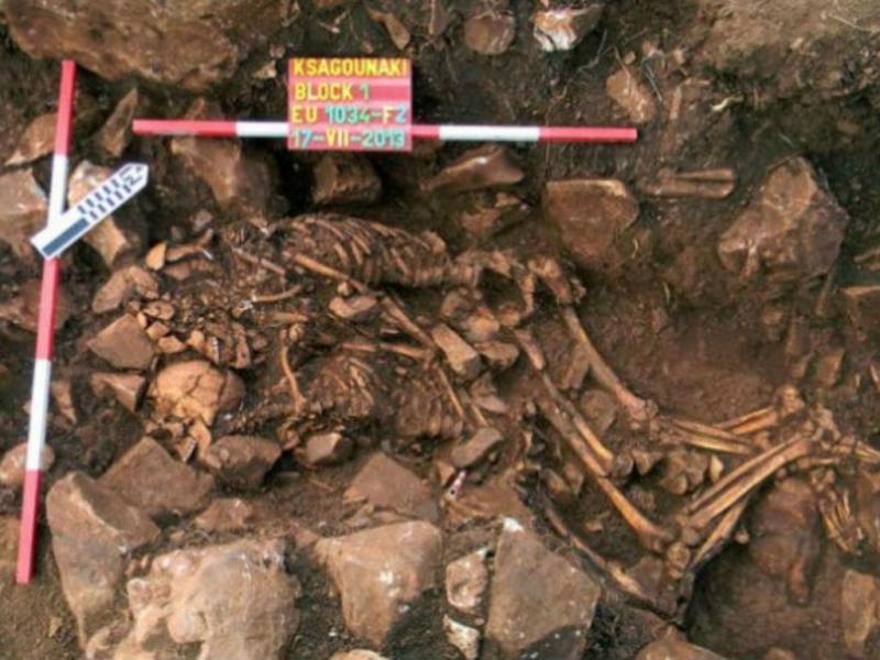 Casal pré-histórico abraçado no túmulo [Foto: ministério da Cultura grego]