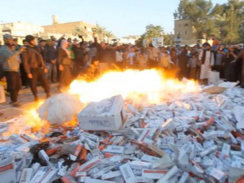 Estado Islâmico queima maços de cigarros em Raqqa, Síria (Reprodução)