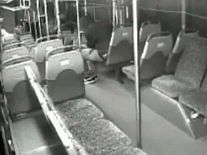 Atirador abre fogo contra autocarro nos EUA (Reprodução YouTube)