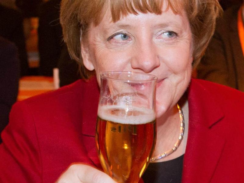 Já podemos festejar? - Angela Merkel em evento da CDU antes de um eventual acordo entre Bruxelas e Grécia. EPA/STEFAN SAUER