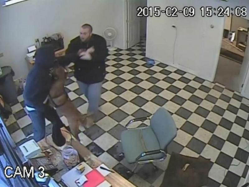 Cão defende o dono e trava ladrão durante assalto (Reprodução YouTube)