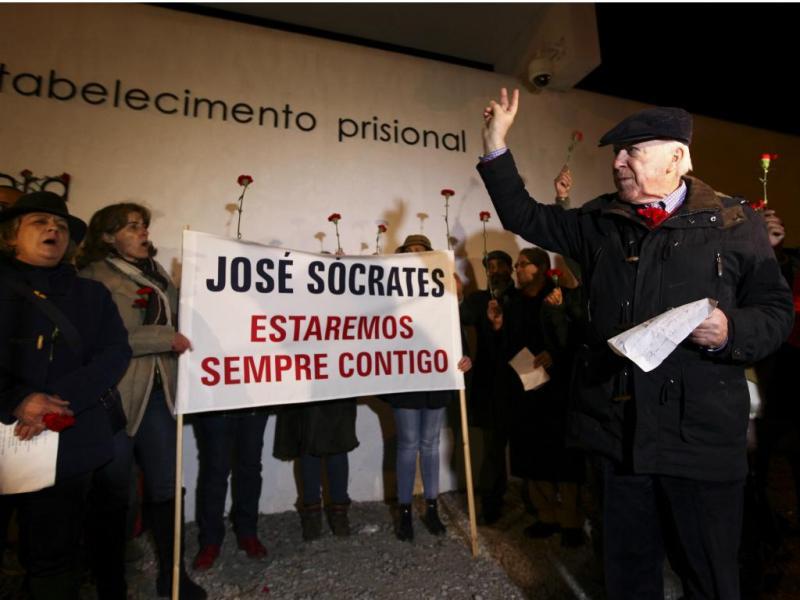 Cerca de 30 apoiantes de Sócrates fazem vigília noturna em Évora [LUSA]