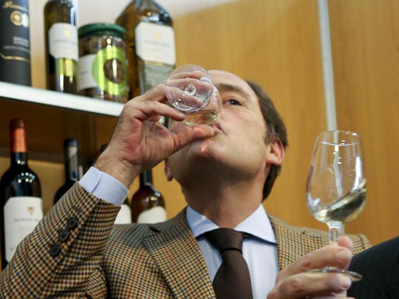 «São muitos anos de feiras» - Paulo Portas em salão alimentar confessa que apesar de vários brindes «ainda estava sóbrio». (Miguel Lopes/Lusa)
