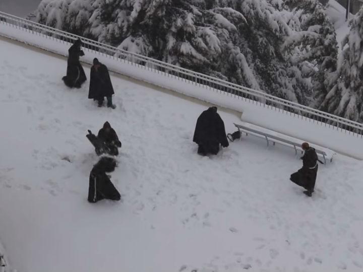 Monges apanhados a brincar na neve (YouTube)