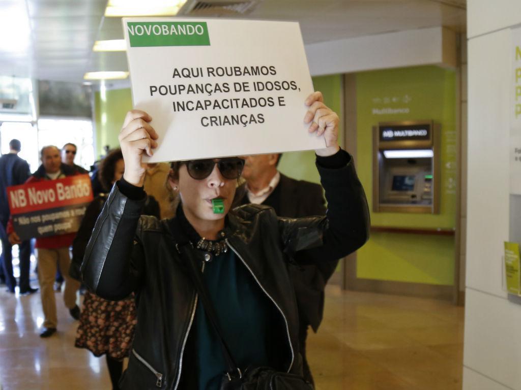 Investidores lesados do BES invadem agência do Novo Banco em Leiria (PAULO CUNHA / LUSA)