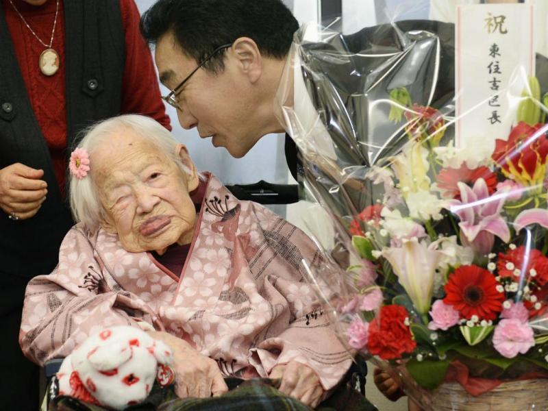 Misao Okawa, a pessoa mais velha do mundo, celebra o 117º aniversário num lar de idosos, em Osaka, a oeste do Japão (Reuters)