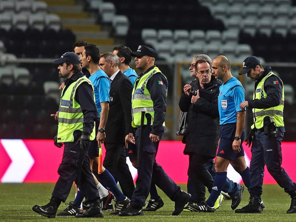 Arbitro escoltado pela policia (LUSA/ José Coelho)