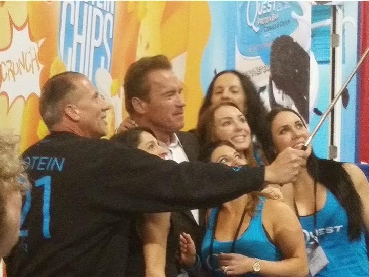 Arnold Schwarzenegger tira fotografias no festival (Facebook)