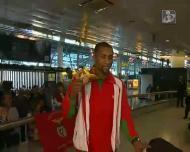 Nélson Évora mostra a medalha de ouro à chegada a Lisboa