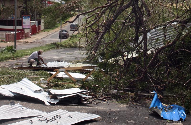 Um residente de Port Vila debruçado sobre os escombros. Os ventos do ciclone Pam sopraram a 300 km/h, derrubando prédios, destruindo barcos, estradas e pontes (Reuters)