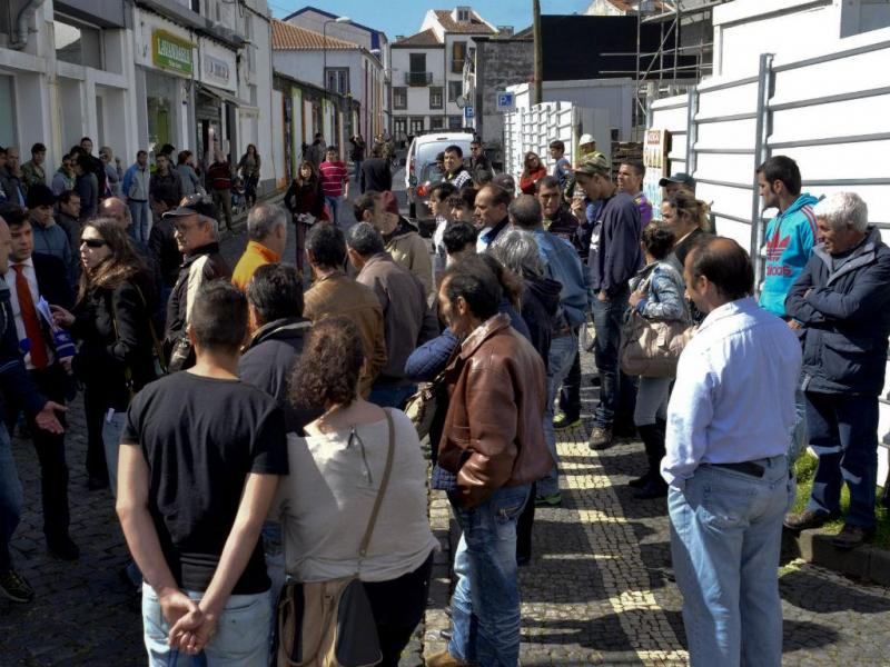 Dezenas de pessoas concentram-se à porta do Tribunal de Ponta Delgada [Lusa]