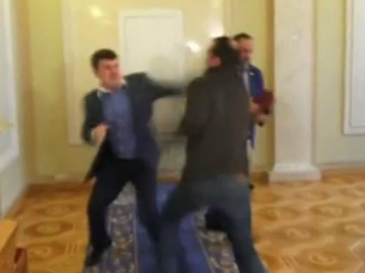 Deputados ucranianos agridem-se no parlamento