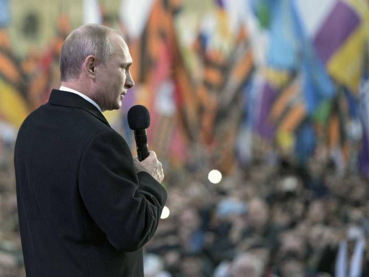 Vladimir Putin dirige-se à multidão (Reuters)
