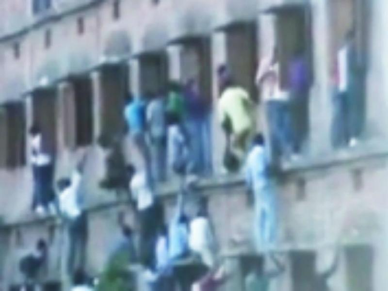 Índia: pais escalam edifício de escola para ajudar filhos a copiar (Reprodução YouTube)