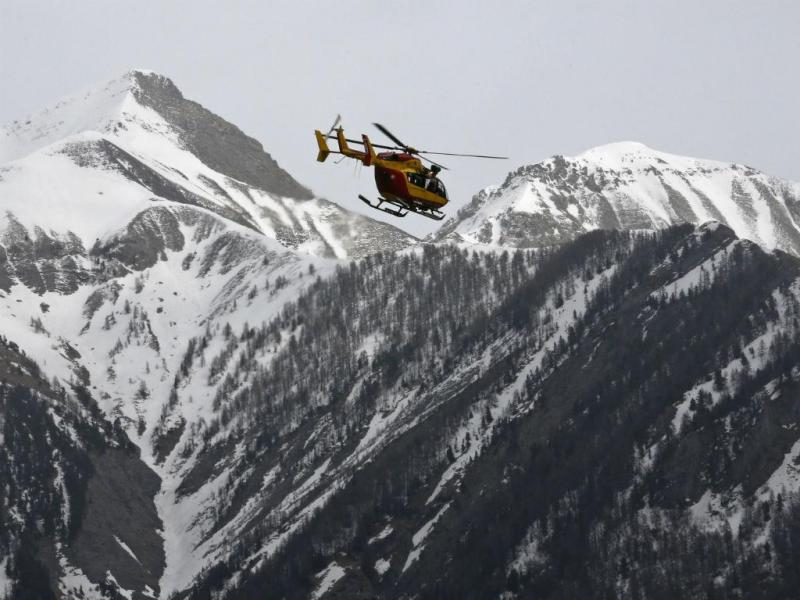 Helicópteros fazem buscas nos Alpes (REUTERS)