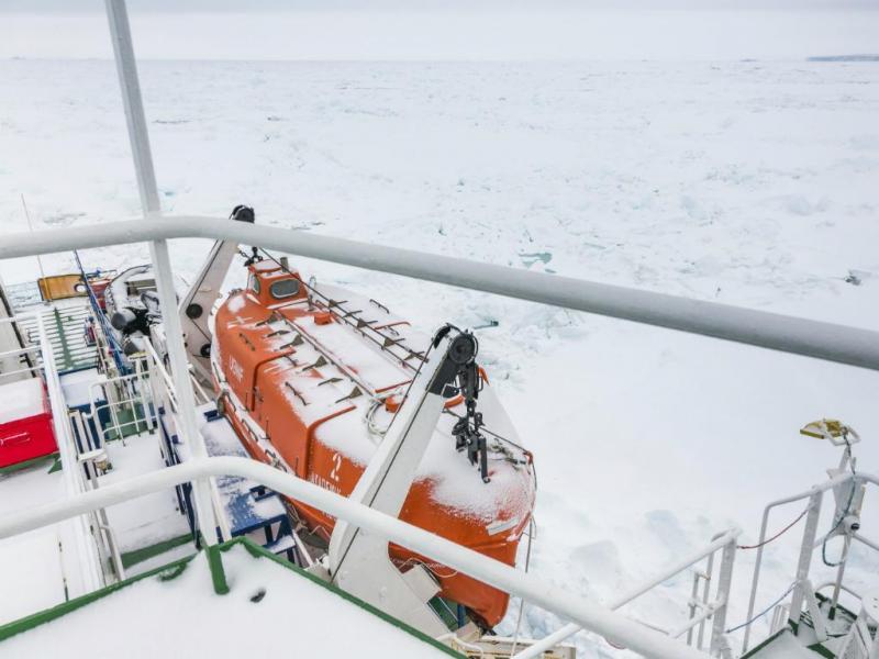Navio preso no gelo flutuante perto da Antártida