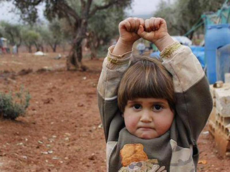Criança síria rende-se [Twitter]