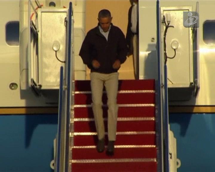 Obama escorrega à saída de avião